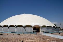 Ingångsborggård till Masjid Tooba eller rund moské med försvar Karachi Pakistan för för marmorkupolminaret och trädgårdar royaltyfria foton