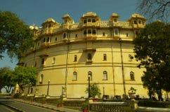 Ingångsbyggnad av den Udaipur stadsslotten Arkivbild