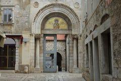 Ingångsdörr av den forntida Euphrasian basilikan i Porec arkivfoton