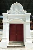 Ingångsdörr av den thailändska templet Arkivfoton