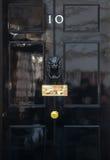 Ingångsdörr av 10 Downing Street i London Arkivfoton