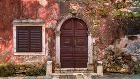 Ingångsdörr av en forntida byggnad i den Porec staden, Kroatien royaltyfria foton