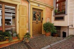 Ingångsdörr med blommakransen på huset i Baden Baden Fotografering för Bildbyråer