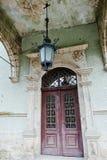 Ingångsdörr med den gamla lampan av den Schonborn jaktslotten i Carpa Royaltyfri Foto