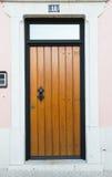Ingångsdörr och ett nummer 11 på den ljusa väggen Royaltyfri Fotografi