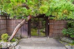 Ingångsdörrar för japansk stil till trädgården Royaltyfri Fotografi