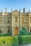 Ingångsdörrar till slotten av prinsen Vorontsov som byggs i det tidiga århundradet XIX, i solnedgången arkivfoto
