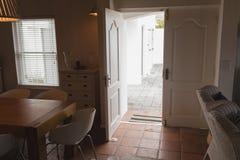 Ingångsdörren öppnade i vardagsrum hemma royaltyfria bilder