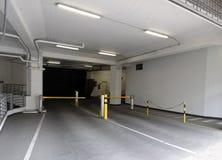 ingångsgarage som parkerar till tunnelbanan Royaltyfri Fotografi