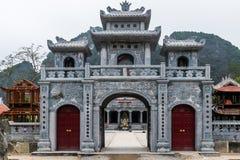 Ingångsport för kinesisk stil av den thailändska templet VI nära Trang ett landskapkomplex i sommar i Tam Coc, Ninh Binh, Vietnam arkivbilder
