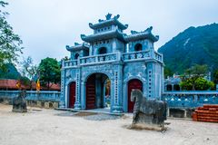 Ingångsport för kinesisk stil av den thailändska templet VI nära Trang ett landskapkomplex i sommar i Tam Coc, Ninh Binh, Vietnam arkivfoto