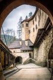 Ingångsport in i den medeltida Orava slotten, Slovakien royaltyfria foton