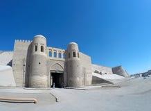Ingångsport i väggen för forntida stad uzbekistan Khiva Arkivfoto