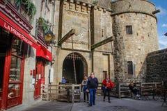 Ingångsport och restaurang på ingången till den medeltida staden av helgonet Michel Abbey royaltyfria bilder