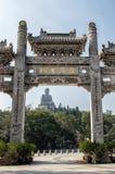 Ingångsport och Tian Tan Buddha för Po Ling Monastery Arkivbild