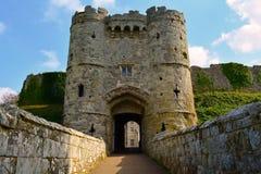 Ingångsport till den Carisbrooke slotten i Newport, ö av wighten, England Arkivfoton