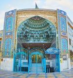 Ingångsportalen av Mirza Mahdi Mosque, Isfahan, Iran royaltyfri bild