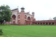 Ingångsporten på Taj Mahal arkivfoton