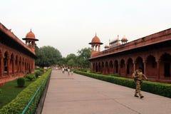 Ingångsporten som går till Taj Mahal i Agra och några apor r arkivbilder