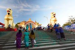 Ingångsporten till platsen Kyaiktiyo Pagoda måndag tillstånd myanmar fotografering för bildbyråer