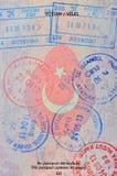 ingångsstämplar på den turkiska passsidan Arkivfoto