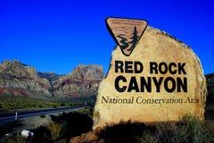 Ingångstecknet som är rött vaggar nationell naturvårdsområde för kanjonen, Las Vegas, Nevada, USA Royaltyfria Bilder