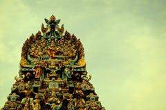 Ingångstornet av en hinduisk tempel i Singapore Arkivfoto