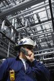 Ingénieur à l'intérieur de raffinerie de pétrole Image libre de droits