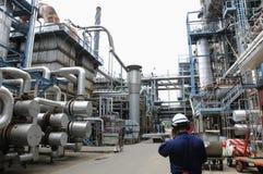 Ingénieur à l'intérieur de raffinerie de pétrole Images libres de droits