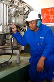 Ingénieur électrique vérifiant l'équipement de mesure photo libre de droits