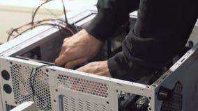 Ingénieur électronicien d'informatique Mise à jour de matériel d'unité centrale de traitement d'ordinateur d'entretien de composa clips vidéos