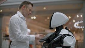 Ingénieur électronicien travaillant, inventeur de scientifique sur la construction de robot Au ralenti Technologies robotiques mo banque de vidéos