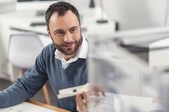 Ingénieur agréable jugeant modèle et regardant l'imprimante 3D Image stock