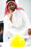 Ingénieur arabe ayant un souci Image stock