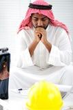 Ingénieur arabe ayant un souci Images libres de droits