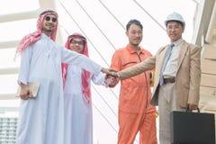 Ingénieur/architecte, homme d'affaires arabe empilant des mains exprès Image stock