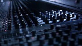 Ingénieur audio collant la bande à son pupitre de contrôle de mélange banque de vidéos