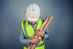 Ingénieur avec des plans de bâtiment photo libre de droits