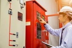 Ingénieur avec la pompe rouge de générateur de contrôle de comprimé pour la tuyauterie d'arroseuse de l'eau et le système de cont image stock