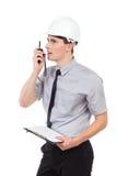 Ingénieur avec le presse-papiers utilisant le talkie-walkie Image stock