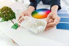 Ingénieur démontrant la miniature de la maison Image libre de droits