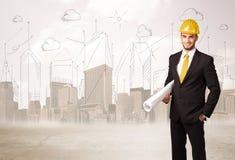 Ingénieur d'affaires surfaçant au chantier de construction avec le backgro de ville Photos stock