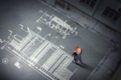 Ingénieur d'homme pensant au-dessus de son plan Media mélangé photo libre de droits