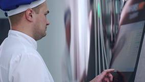 Ingénieur d'usine travaillant avec l'écran tactile du matériel informatique industriel banque de vidéos