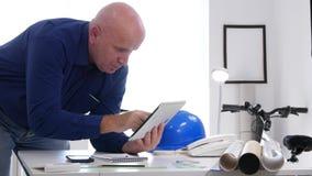Ingénieur dans l'information technique d'Access de bureau utilisant la Tablette électronique banque de vidéos