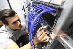 Ingénieur dans la chambre de serveur de réseau Photos libres de droits