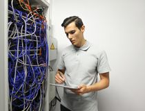 Ingénieur dans la chambre de serveur de réseau Photos stock