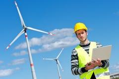 Ingénieur dans la gare de groupe électrogène de turbine de vent Images stock