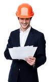 Ingénieur dans le casque antichoc d'isolement sur le blanc Photo stock