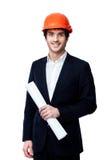 Ingénieur dans le casque antichoc d'isolement sur le blanc Photographie stock
